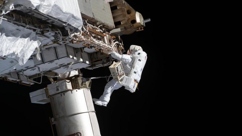 NASA-Astronauts-Spacewalk-Smartphonegreece (2)